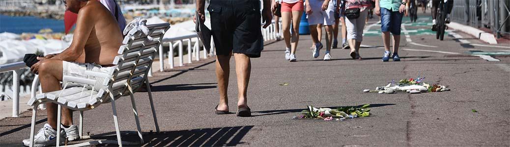 Lungomare di Nizza, fiori e turisti