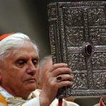 Marzo 2015. L'allora card. Ratzinger sostituisce Giovanni Paolo II nelle celebrazioni della Pasqua. Al dito, l'anello episcopale in ametista