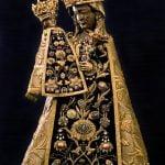 Madonna nera di Altötting. Sullo scettro, sopra la mano della Vergine, l'anello donato da Benedetto XVI