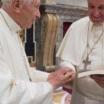 Benedetto XVI e Francesco in occasione del 65esimo anniversario di ordinazione sacerdotale. Il Papa emerito indossa l'anello del Concilio Vaticano II