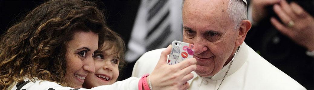 Papa Francesco selfie, cellulare Vangelo, Bibbia telefonino