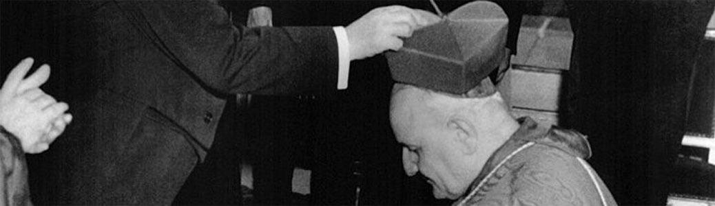 Angelo Roncalli riceve la berretta cardinalizia dal presidente Vincent Auriol