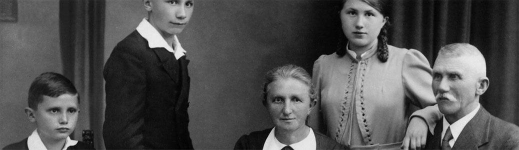 Il giovane Joseph Ratzinger (Benedetto XVI) con la sua famiglia