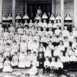 Suore e bambini dell'orfanotrofio di Galveston, Texas, alla fine dell'Ottocento.