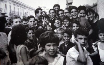 Il selfie prima dei selfie. Un giovane don Pino Puglisi con i ragazzi del quartiere Brancaccio di Palermo. Nello scandalo, ricominciamo dall'amore.