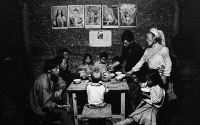 Cina, Yunnan, 1993. Una famiglia cattolica di etnia Miao (Hmong) a cena. L'altra Via della seta. © Lu-Nan.