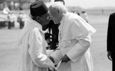 Marocco, 19 agosto 1985. Giovanni Paolo II incontra re Hassan II. 34 anni dopo Francesco torna a visitare il Paese nordafricano. Nessuna polemica, allora, sul baciamo: nessuno se lo aspettava.