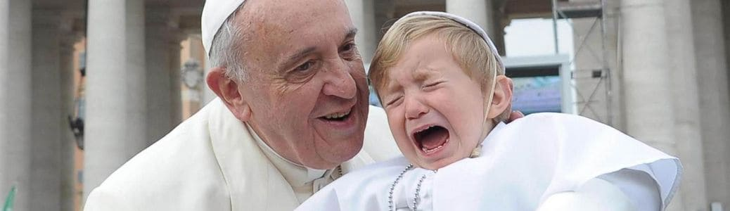 Papa Francesco, bambino piange, censura