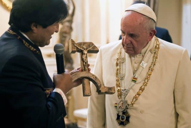 Papa Francesco, Evo Morales, regalo crocifisso falce e martello